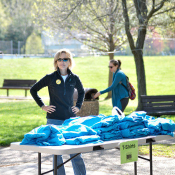 Board of Trustees Chair Julia McClure with our 5K tshirts. © Pitelli Photography