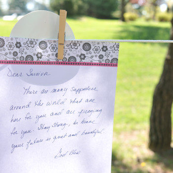 Participants write notes for survivors before the 5K begins. © Pitelli Photography